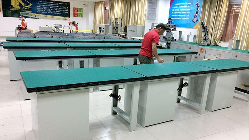 广东润普为湖南衡阳技师学院提供实验室工作桌定制服务!