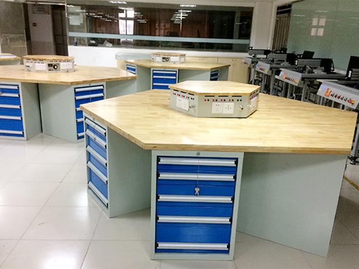 广东润普为广州工贸学院提供实验室六角工作台定制服务
